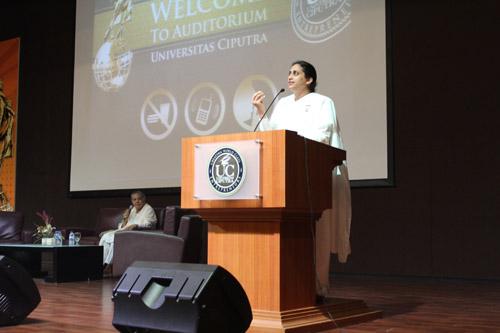 Ceramah Ms. Gopi Patel kepada mahasiswa Universitas Cipuutra