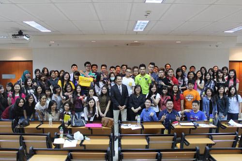 Foto bersama Mahasiswa Universitas Ciptura dengan Junaidi Lim