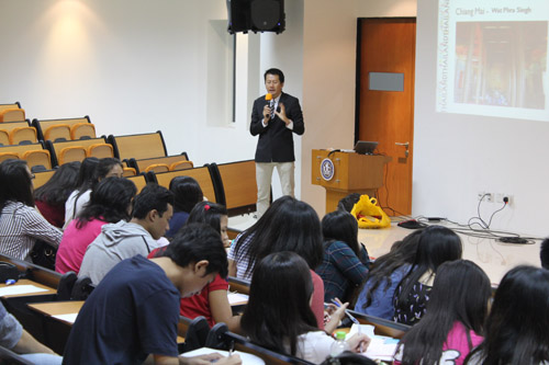 Mahasiswa Universitas Ciputra sedang mengikuti Seminar dari Junaidi Lim