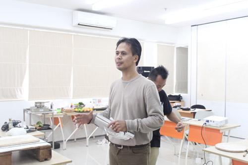 Puji Purnama sedang memberikan arahan kepada calon Entrepreneur Muda UC