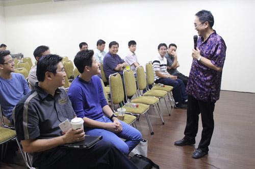 Antonius Tanan memberikan presentasi kepada para orang tua