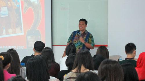 Hendy Setiono CEO Kebab Turki sedang memberikan sharing pengalaman kepada mahasiswa Universitas Ciputra
