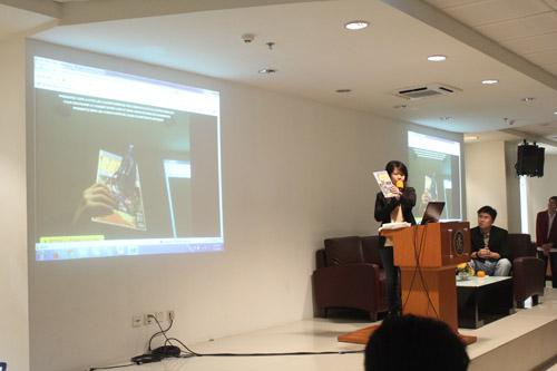 Krisni Lee sedang menunjukan contoh Augmented Reality kepada mahasiswa Universitas Ciputra