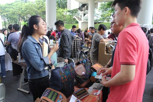 Mahasiswa IBM Universitas Ciputra sedang eksplorasi bisnis mahasiswa lainnya