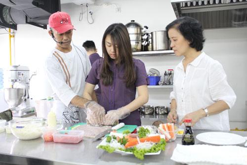 Salah satu mahasiswi CB UC sedang membantu Minoru OBA dalam pembuatan sushi