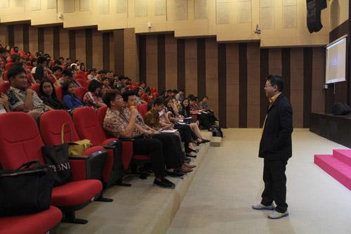 Sesi tanya jawab dengan mahasiswa Universitas Ciputra bersama Hengki Setiawan