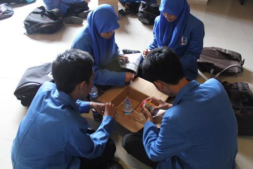 Siswa SMA Sooko Mojokerto sedang memikirkan barang kreatif apa yang bisa dibuat