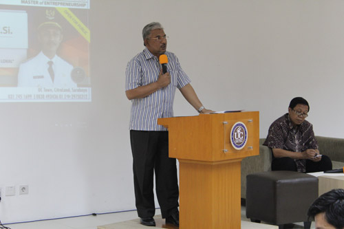 Alwi sedang sharing potensi bisnis di pamekasan di universitas ciputra