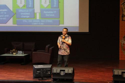 Kridanto sendang memberikan seminar di UC