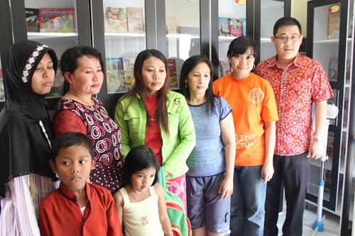 Warga kelurahan made foto bersama di fasilitas taman bacaan di kelurahan made