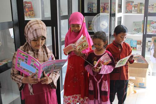 anak-anak kelurahan made menikmati membaca buku