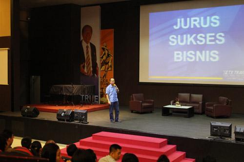 Anton Thedy memberikan seminar di Universitas Ciputra