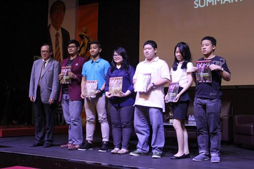 Pemberian majalah BOMA Indonesia untuk mahasiswa UC