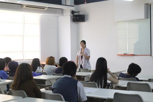Karin menyapa para mahasiswa