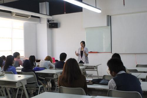 Karin memotivasi para mahasiswa