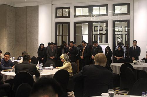 Para hadirin berdoa bersama